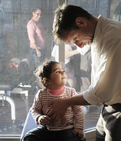 Gregory Veggia realizando un ajuste quiropráctico a una niña de 2 años.