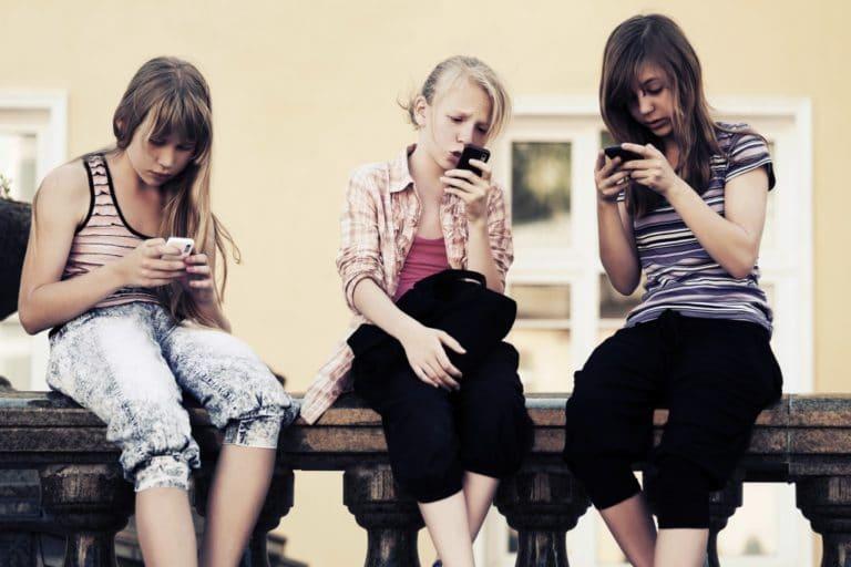 Los dispositivos móviles y la espalda de niños y adolescentes